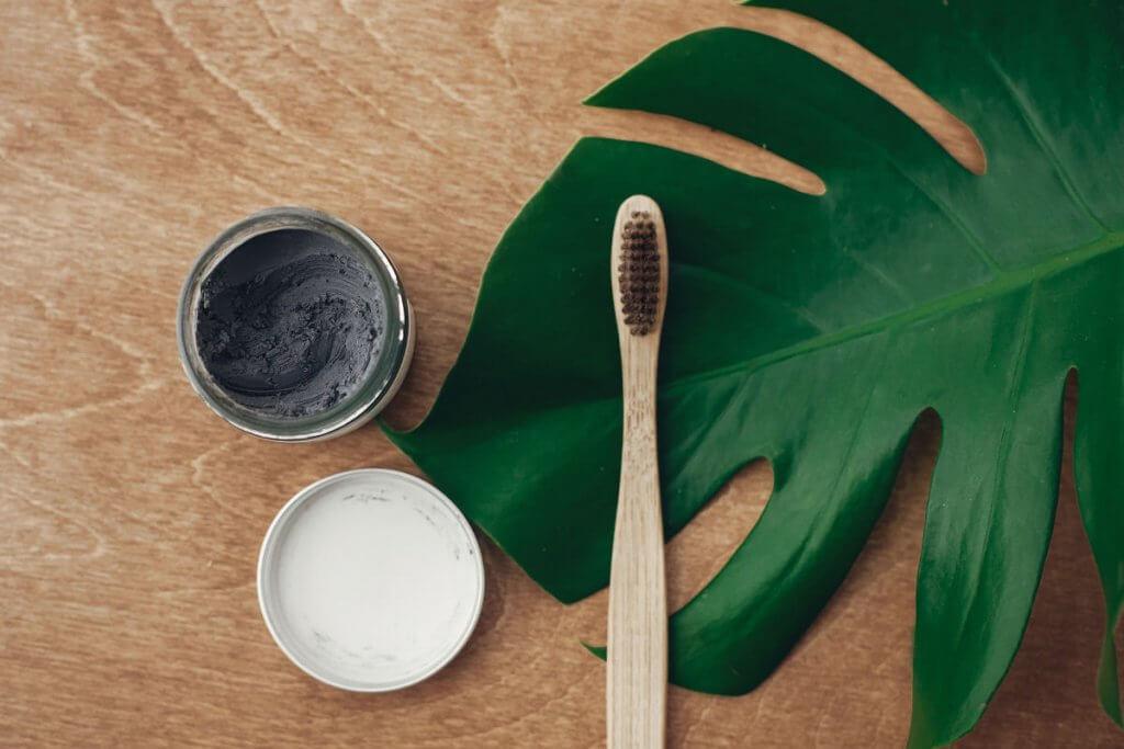 Carbone attivo per lo sbiancamento dei denti