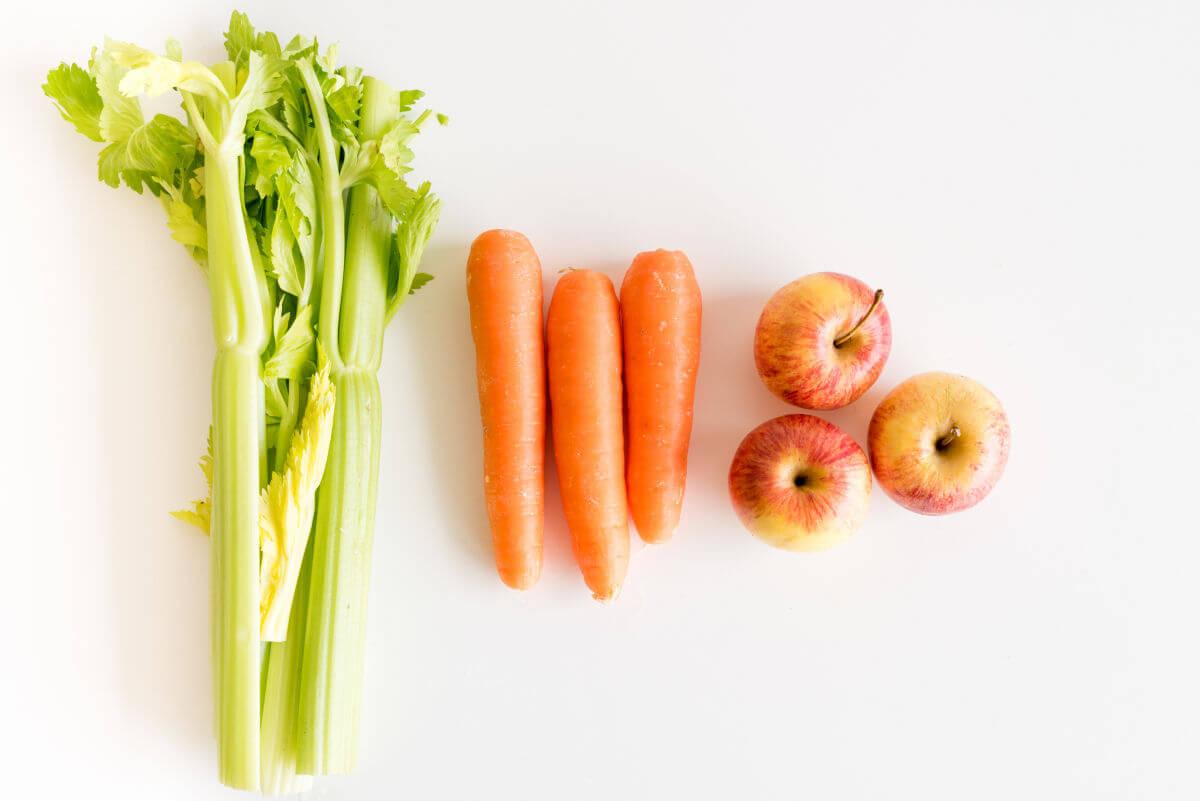 Sbiancamento dei denti i rimedi naturali Sedano, uva passata, carote e mele