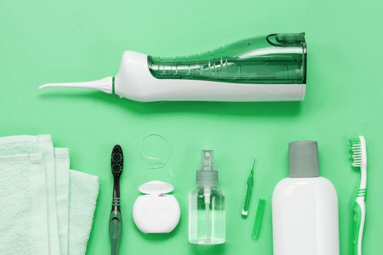 Un'igiene orale efficace idropulsori, filo interdentale, scovolini