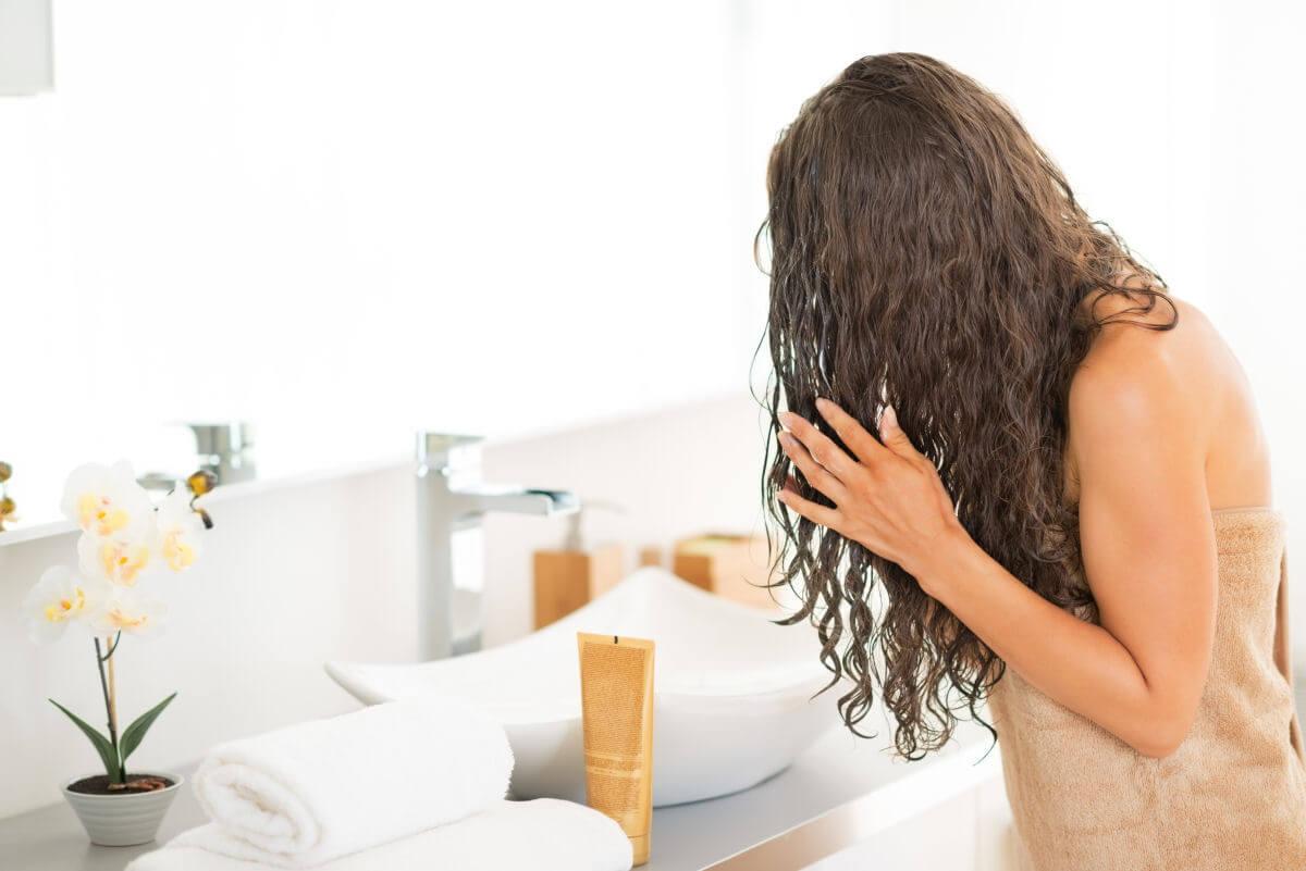 Come lavare i capelli con lo shampoo per capelli ricci